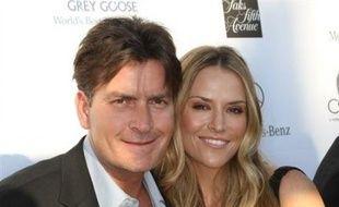 L'acteur américain Charlie Sheen s'est marié en troisièmes noces avec une agent immobilier Brooke Mueller, lors d'une cérémonie privée à Los Angeles, ont indiqué des médias samedi.