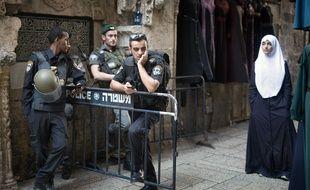 Jérusalem, le 8 octobre 2015. Une Palestinienne passe devant un «check point» de la police israélienne dans le quartier de la Vieille Ville.