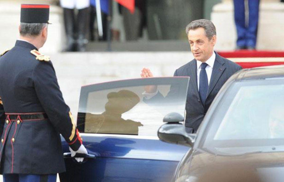 Nicolas Sarkozy (à droite) quitte l'Elysée, à Paris, le 15 mai 2012. – DELALANDE/SIPA