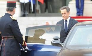Nicolas Sarkozy (à droite) quitte l'Elysée, à Paris, le 15 mai 2012.