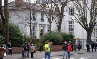 Des touristes se font prendre en photo sur le passage piéton d'Abbey Road à Londres, le 26 février 2014.