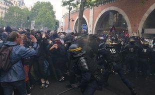La police repousse la foule lors de la manifestation des fonctionnaires du 22 mai 2018