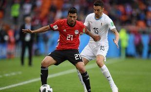 L'Egyptien Mahmoud «Trezeguet» Hassan   résiste bien à la charge de Matias Vecino.
