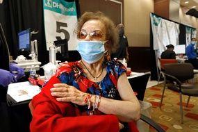 Une personne âgée se fait vacciner au Texas, le 26 mars dernier.