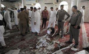 Des policiers inspectent l'intérieur de la mosquée chiite qui a été frappée par un attentat-suicide, le 22 mai 2015 à Qatif