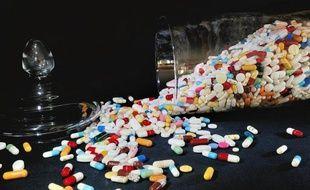 """Aucun des 47 médicaments enregistrés en 2011 par l'Agence européenne du médicament n'est fabriqué en France, s'est inquiétée jeudi l'industrie pharmaceutique, qui appelle les pouvoirs publics à """"un pacte industriel"""" pour soutenir une industrie puissante, mais """"fragilisée""""."""