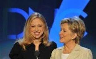 Hillary Clinton, longtemps considérée comme favorite puis contrainte de s'incliner face à son rival Barack Obama à l'issue de primaires éprouvantes, devait enterrer la hache de guerre mardi à la convention démocrate de Denver au nom de l'unité du parti