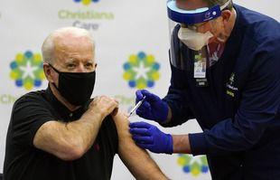 Le président élu Joe Biden reçoit sa deuxième dose du vaccin contre le coronavirus à l'hôpital de Newark, le 11 janvier 2021.