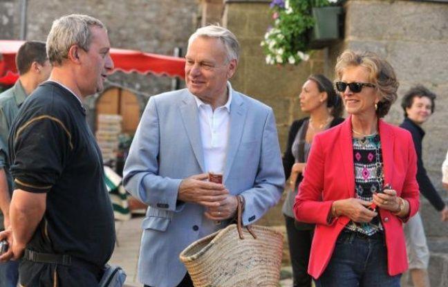 Le Premier ministre Jean-Marc Ayrault, en vacances dans sa résidence secondaire à Sarzeau (Morbihan), a déambulé avec son épouse dimanche matin sur le marché de cette commune où il a fait quelques courses et serré des mains.