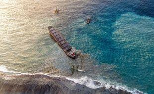 Le vraquier MV Wakashio, ici photographié le 15 août, menace de se briser, ce qui provoquerait une nouvelle fuite d'hydrocarbures.