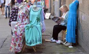 Une femme vend des vêtements dans une rue de Kiev, le 22 mai 2014