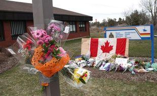Des fleurs pour les victimes de la plus importante fusillade de l'Histoire du Canada, samedi 18 avril 2020.