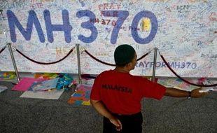 Des messages à l'adresse des passagers du Boeing 777 de la Malaysia Airlines, sont écrits sur un mur le 17 mars 2014 à l'aéroport de Kuala Lumpur