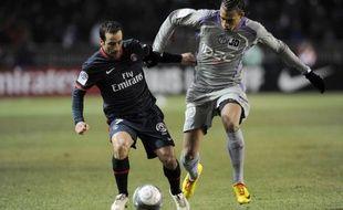 Le Parisien Ludovic Giuly cherche à prendre de vitesse le Toulousain, Etienne Capoue (en gris), le 20 février 2010 au Parc des Princes.