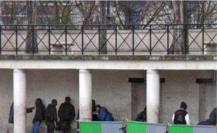 Les toxicomanes de la place de la Bataille-de-Stalingrad (19e) consomment discrètement derrière les barrières de chantier (en h.). Lundi soir, les policiers ont saisi 12galettes de crack sur un dealer à proximité de la place.