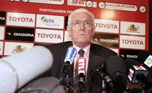 Le président de Valenciennes, Francis Decourrière, lors d'une conférence de presse le 20 février 2008.