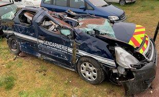 L'individu s'est acharné sur une voiture de gendarmerie avec un engin de chantier.