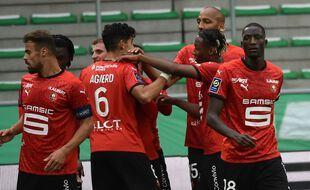 Nayef Aguerd est félicité par ses partenaires après son ouverture du score, samedi dans le Chaudron. JEAN-PHILIPPE KSIAZEK