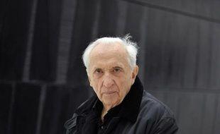Pierre Soulages, maître de l'outrenoir devant une de ses oeuvres exposées au musée qui porte son nom à Rodez, le 28 mai 2014? deux jours avant l'inauguration officielle