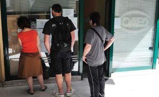 Des chômeurs lisent des annonces devant une agence pour l'emploi à Athènes, le 22 mai 2012