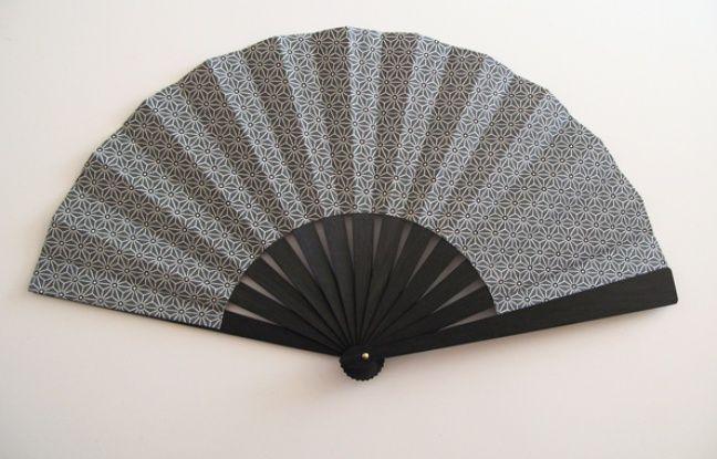 Monture en bois noirci et feuille en tissu japonnais, une création de l'éventailliste Martine Hacquart.