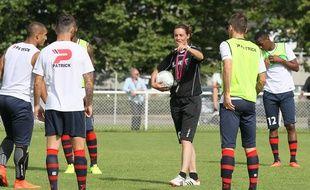 Corinne Diacre entourée de ses joueurs à Clermont.