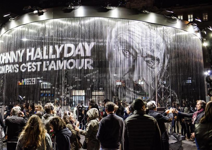 Pour la sortie de l'album posthume de Johnny Halliday Mon pays c'est l'amour, Deezer et Ubibene ont mis en place un dispositif inédit d'écoute en simultanée sur parvis de la gare Saint-Lazare, à Paris, le 18 octobre 2018.
