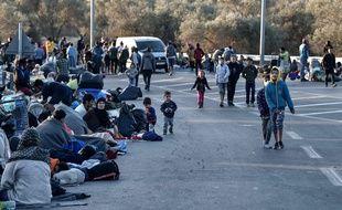 La majorité des milliers de migrants, sortis en panique des tentes et des conteneurs dans la nuit de mardi à mercredi, se sont retrouvés assis au bord de la route reliant le camp au port de Mytilène.