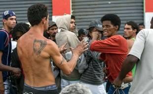L'expulsion musclée par la police de trafiquants et de consommateurs de drogue d'un quartier du centre de Sao Paulo provoque les protestations de mouvements sociaux qui dénoncent une criminalisation de la pauvreté et une opération à visée immobilière.