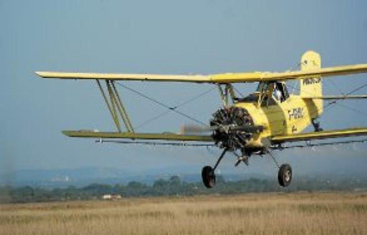 L'avion déverse le produit de démoustication, près de La Grande-Motte. –  n. BONZOM / MAXELE PRESSE / 20 MINUTES