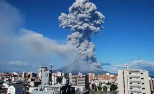 De la fumée s'échappe du Mont Sakurajima, à Kyushu (Sud du Japon), le 18 août 2013. L'éruption a envoyé des cendres jusqu'à 5000 mètres dans les airs.
