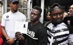 Bobigny (Seine-Saint-Denis), le 29 mai 2018. - Mamoudou Gassama montre le récépissé régularisant sa situation à sa sortie de la préfecture de Bobigny. Première étape vers l'obtention de la nationalité française.