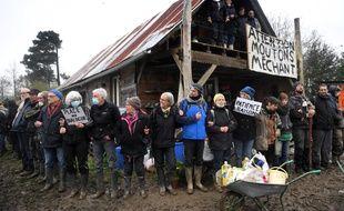 Chaîne humaine devant la ferme des «100 noms» lundi après-midi.