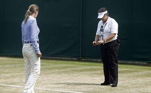 La juge arbitre prend des photos du court n°18 lors du match de Mladenovic.