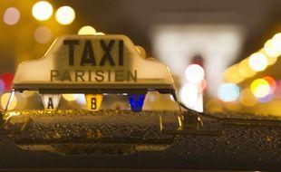 Illustration d'un taxi parisien sur les Champs-Elysées à Paris, le 27 janvier 2015.