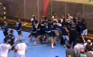 La bagarre générale entre les équipes de handball de Slovénie et d'Ukraine, le 13 janvier 2014.
