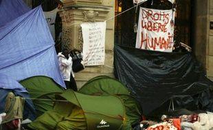 Des tentes de migrants installées le 16 septembre 2015 devant la mairie du 18e arrondissement à Paris