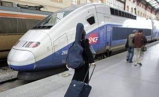Les passagers d'un TGV Montpellier-Paris, en panne pendant plus de quatre heures au sud de Nîmes, ont pu regagner Nîmes mardi soir puis prendre un nouveau train vers Paris, a-t-on appris auprès de la direction régionale de la SNCF à Montpellier.