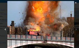 Capture d'une photo postée sur Twitter de l'explosion d'un bus à Londres, le 7 février 2016, pour le tournage d'un film.