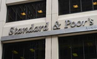 """L'agence d'évaluation financière Standard & Poor's a abaissé vendredi d'un cran la note de la France, à """"AA"""", estimant que le pays avait perdu de sa marge de manoeuvre financière et n'était pas en mesure de se réformer davantage en raison du maintien d'un chômage élevé."""
