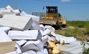 Une photo publiée par l'agence russe Rosselkhoznadzor montre un bulldozer écrasant des tonnes de fromage en provenance de pays occidentaux, à Belgorod le 6 août 2015.
