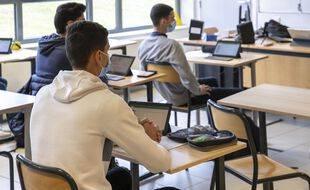 Dans un lycée français, des élèves portant le masque.