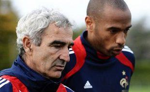La veille de ce match, le capitaine Thierry Henry aurait critiqué au nom de tout le groupe le sélectionneur lors d'une causerie. Le début de la fin?