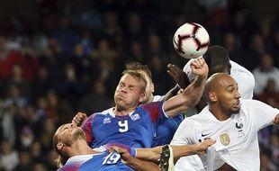 L'Islandais Kolbeinn Sigthorsson touche le ballon de la main dans la surface lors du match amical contre la France, le 11 octobre 2018 à Guingamp.