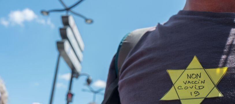 Une personne arbore une étoile jaune lors de la manifestation contre le pass sanitaire, à Toulouse, le 17 juillet.