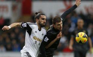 Le défenseur de Swansea, Chico Flores, à gauche, contre Manchester City le 1er janvier 2014.
