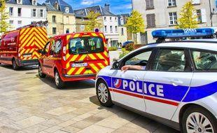 Des véhicules de pompiers et de police. (Illustration)