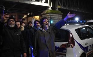 Manifestants contre la réforme des retraites devant le théâtre parisien des Bouffes du Nord, le 17 janvier 2020