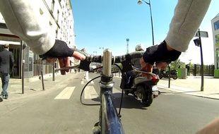 Un coursier à vélo dans les rues de Paris le 15 avril 2014.