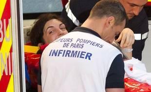 La journaliste Edith Bouvier, prise en charge à son arrivée à l'aéroport de Villacoublay, le 2 mars